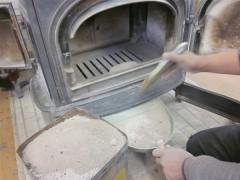 灰釉の灰を取るため、ストーブを掃除