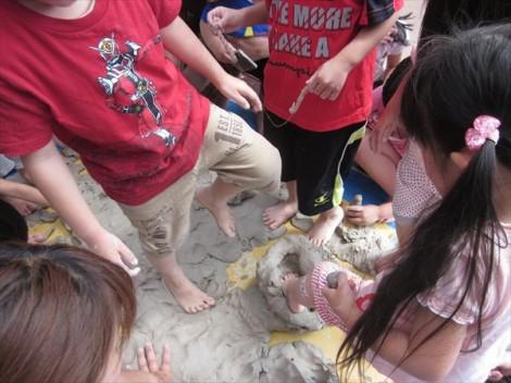 体を使って粘土遊び