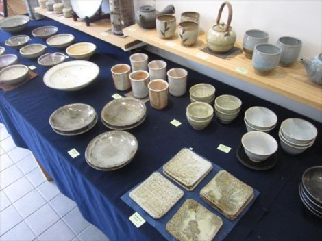 灰釉の湯呑や急須、取り皿などの食器たち