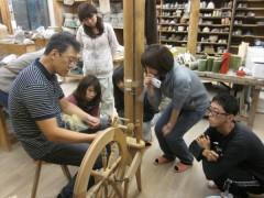 紡毛機で糸を紡ぐ