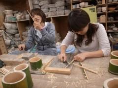 竹の箸を削る
