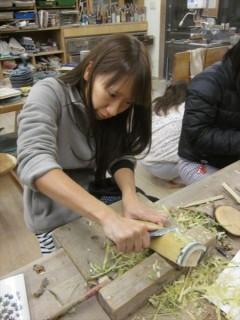 竹を削ってクラスの看板を作る