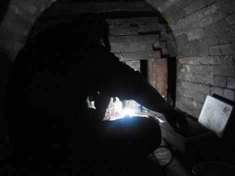 登り窯の窯詰め 草來舎
